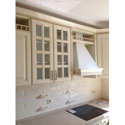 Шкаф с закрытой витриной