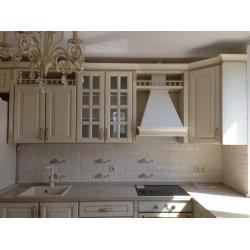 Комбинация верхних шкафов разной высоты (72 и 92 см) дополнена открытыми нишами с балюстрадами