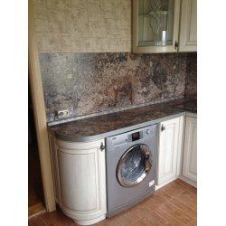 Верхняя часть кухни меньше нижней, оставлено место под телевизор
