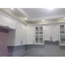 Шкафы разной высоты придают кухне воздушность