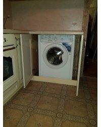 Стиральная машина скрытая за фасадами кухни