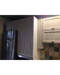 Холодильник в обрамлении кухонного гарнитура